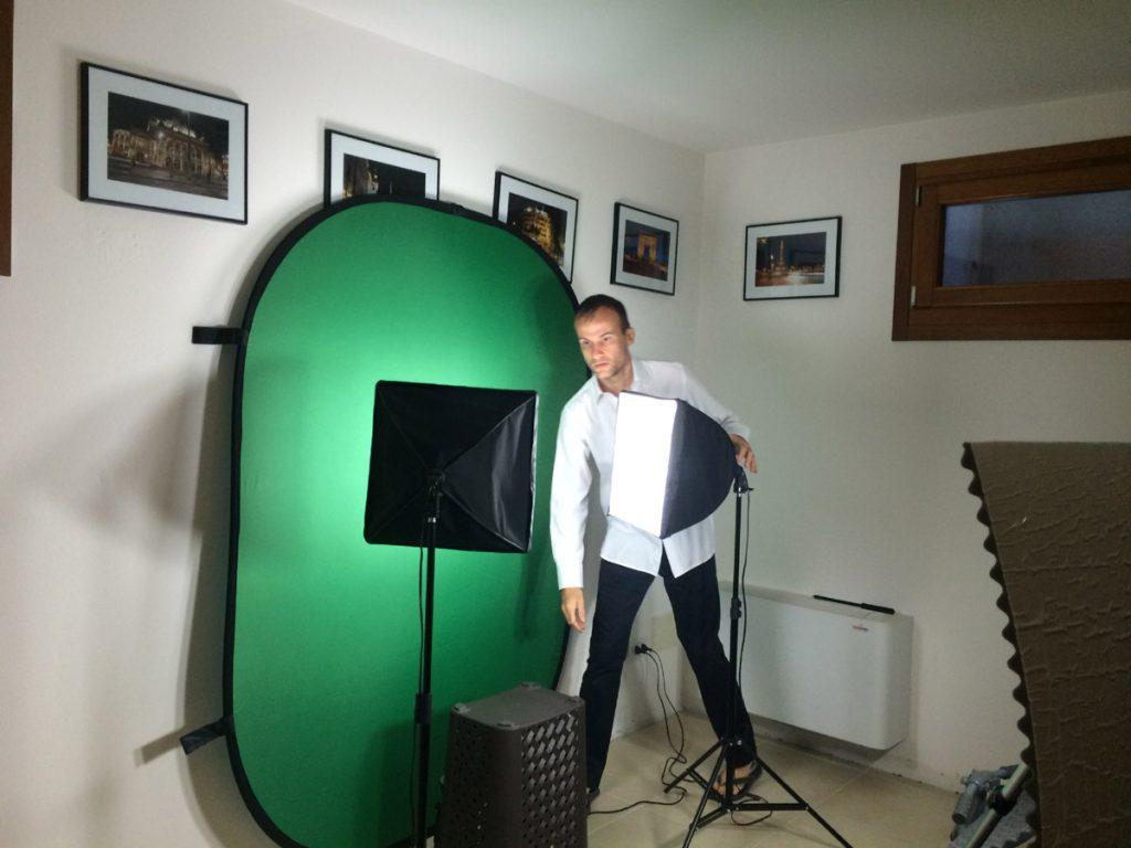 Daniele Carrer sul set del corso sulla creazione di immagini e filmati stock